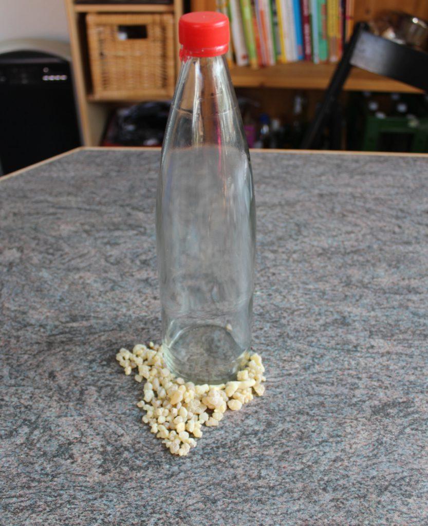 Flasche Wasser und Weihrauch